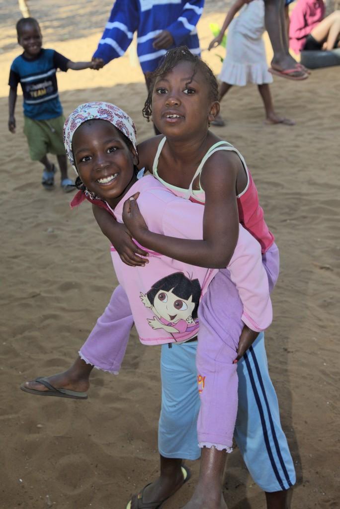 Adelaide y Scarla jugando en la Fundación Khanimambo
