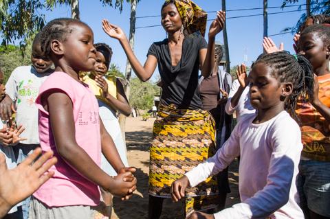Adelaide y Olivia, ahijadas de la Fundación Khanimambo, bailando
