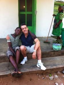 El doctor Juanjo y David, ahijado de la Fundación Khanimambo.