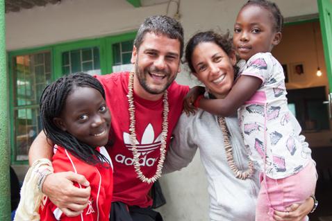 José Luís y María voluntarios del curso de verano de la Fundación Khanimambo