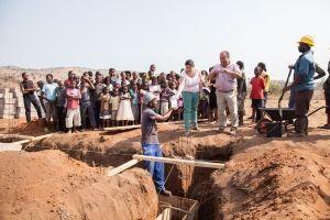 La primera piedra del Centro Munti de la Fundación Khanimambo en Mozambique