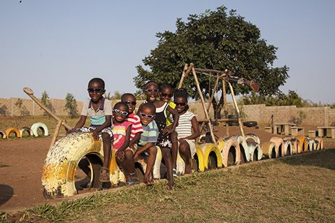 Niños en el patio de Khanimambo. Foto/ ERIC FERRER
