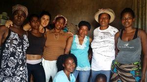 Bea con algunas de las madres de Khanimambo