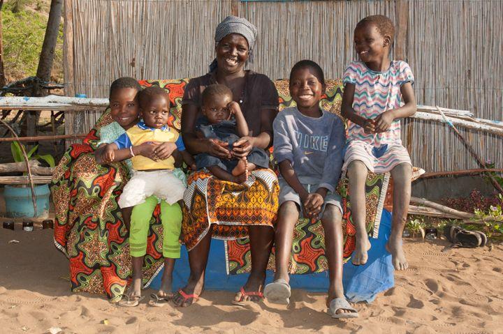 Fatima Julio con su familia, Fundación Khanimambo