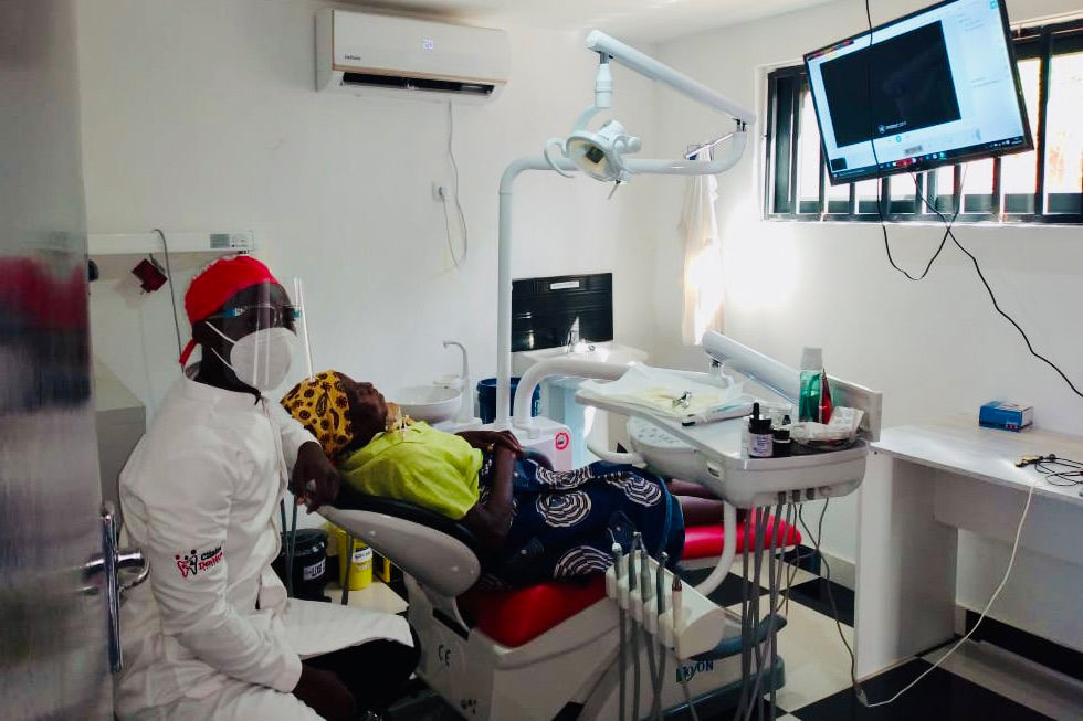 A Clínica Dental El Francés colabora com a Khanimambo