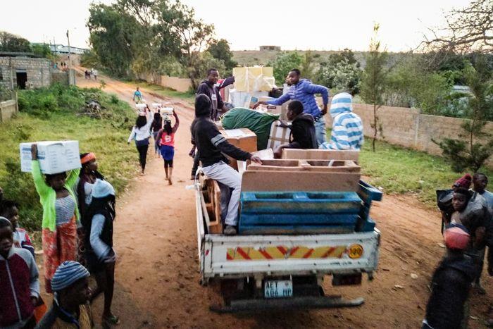 Recepción de contenedor en el Centro Munti de la Fundación Khanimambo en Mozambique