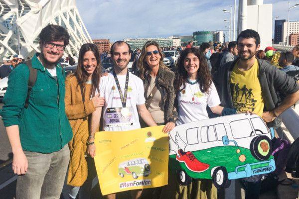 Jorge Mena corre la maratón de Valencia para conseguir financiar un minibús nuevo para la Fundación Khanimambo