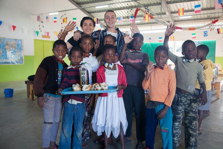 Marta y Charlie, voluntarios de la Fundación Khanimambo