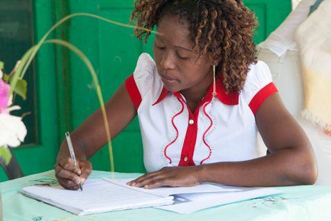 Nalia firmando la constitución de la cooperativa / foto: Eric Ferrer
