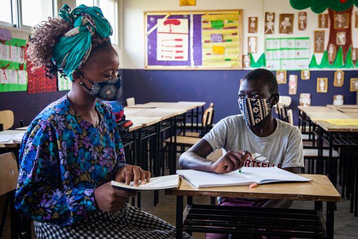 Tia Rosa dando clase particular a Nelson en la Fundación Khanimambo