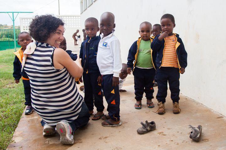 Marta con niños de la guardería de la Fundación Khanimambo