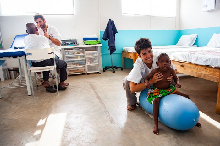 Alex e Irene, fisioterapeutas en el Centro Munti de la Fundación Khanimambo