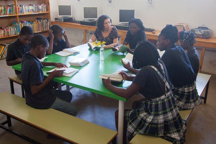 Club de Lectura en la biblioteca de la Fundación Khanimambo