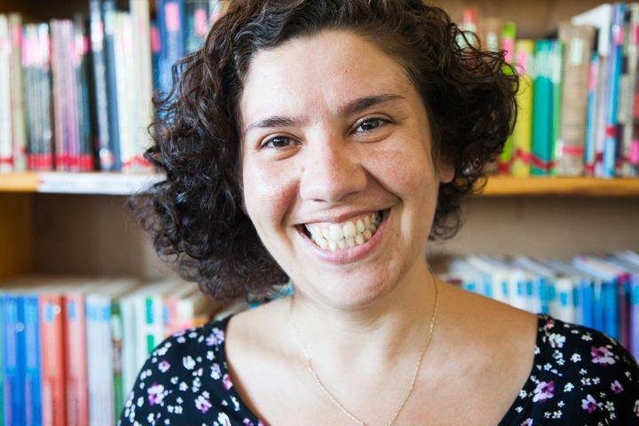 Marta en la biblioteca de la Fundación Khanimambo