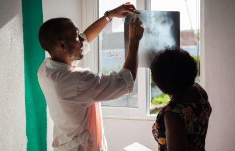 Nico con radiografía, voluntario del Programa de salud de la Fundación Khanimambo