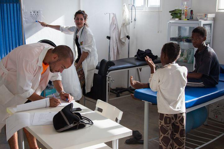 Nico y María en el Centro de Salud de la Fundación Khanimambo