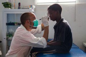 Nico en el Centro de Salud de la Fundación Khanimambo