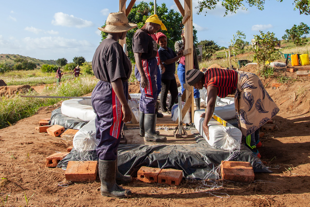 Mujeres trabajando en la construcción. Humbi Farm 2021
