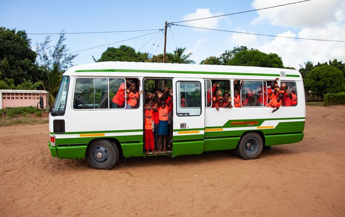 El nuevo minibús de Khanimambo ya rueda por las carreteras de Xai-Xai