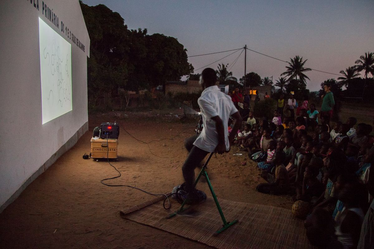 Proyección de Cinecicleta en el barrio de Macamwine, en Xai-Xai, Mozambique