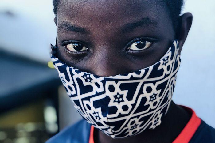 Un ahijado de la Fundación Khanimambo se protege con una mascarilla