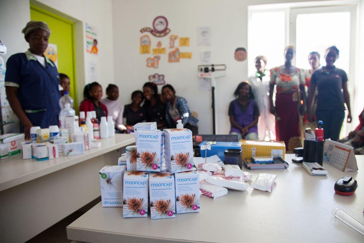 Reparto de copas menstruales en Khanimambo
