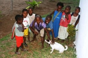 Primeros días de Khanimambo... Niños jugando con Kena