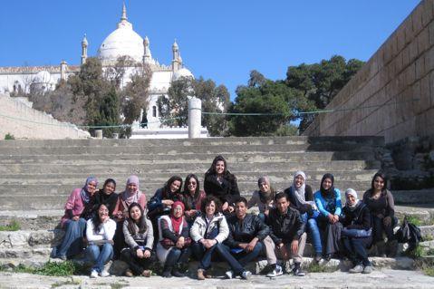 María Dolores Algora con algunos alumnos de la Universidad La Manouba de Túnez en 2012.