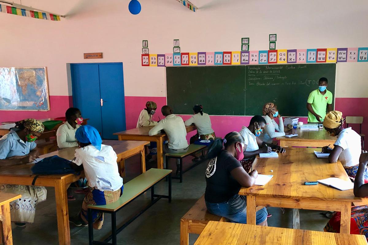 alfabetização de adultos na Fundação Khanimambo