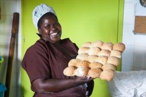 Lucia, panadera de la Fundación Khanimambo.