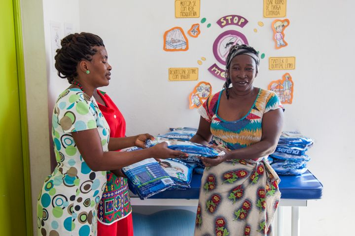 Entrega de mosquiteras en la Fundación Khanimambo