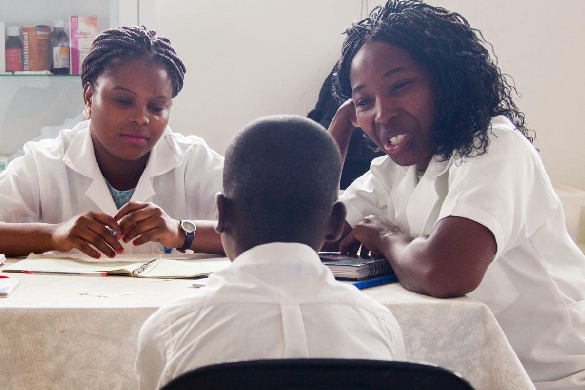 Estudiantes de la Universidad São Tomas de Moçambique haciendo prácticas en la Fundación Khanimambo