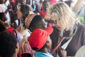 Una visita muy esperada - Anna saludando a algunos niños y niñas de Khanimambo