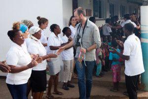 Una visita muy esperada - Raúl saludando a todo el equipo de Khanimambo