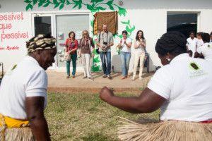 Una visita muy esperada - Las madres de Khanimambo danzan para celebrar la llegada