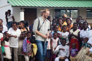 Raúl de LSGIE con alumnos del Centro Munti de Khanimambo