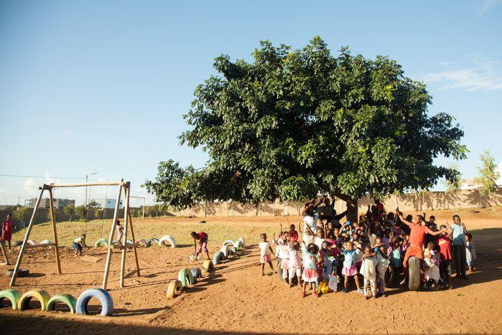 Niños debajo la mafureira de la Fundación Khanimambo en Mozambique