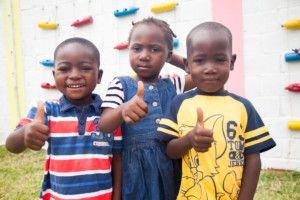Niños de Khanimambo con ropa nueva donada este año