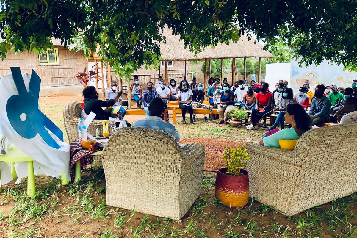 pequeña charla conferencia en el patio del centro Munti de la Fundación Khanimambo