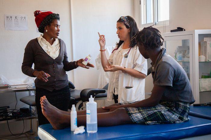 Sandra y Elia en el Centro de Salud de la Fundación Khanimambo