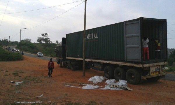 Contenedor de material donado para la Fundación Khanimambo