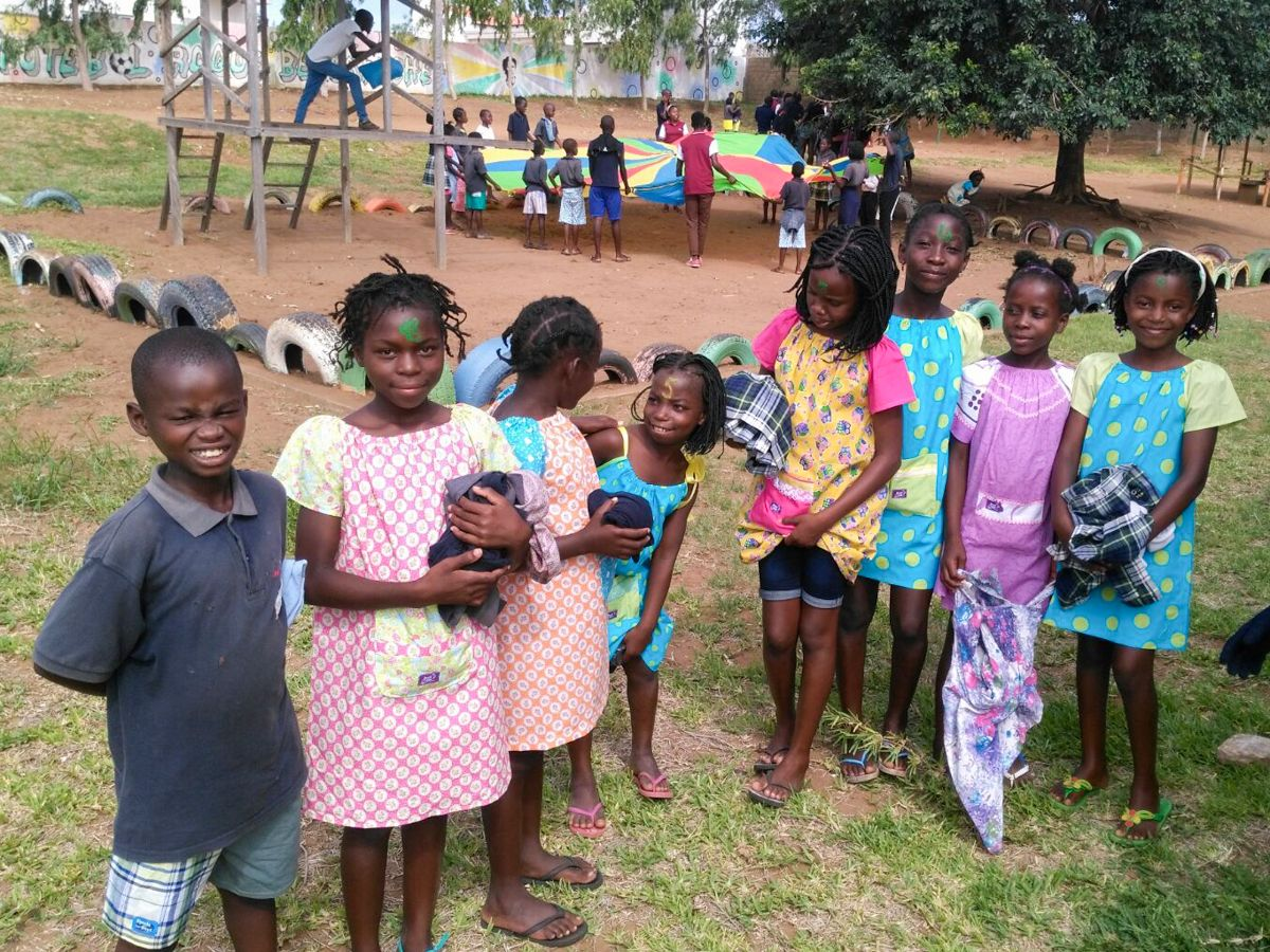 Donación de ropa de Dress a Girl para la Fundación Khanimambo en Mozambique