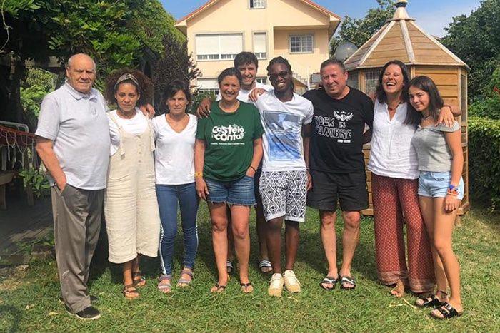 Salviano de la Fundación Khanimambo, con su familia de acogida en España
