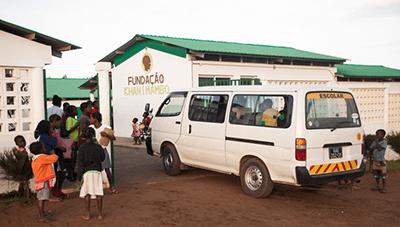 Minibús de la Fundación Khanimambo