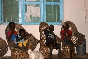 Primeros días de Khanimambo... Niños en el porche